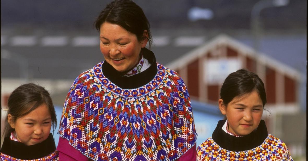 Inuitki z Grenlandii w tradycyjnych strojach