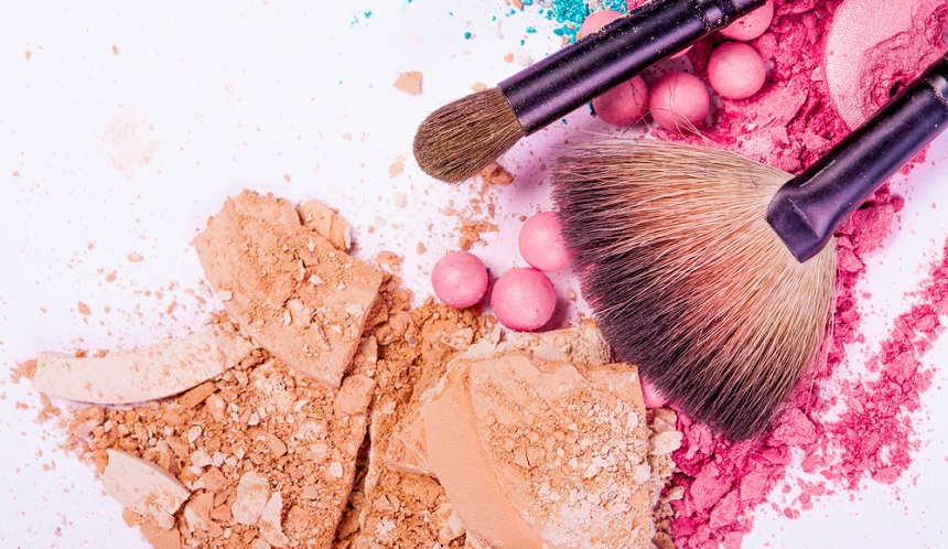 Jak usunąć plamę z makijażu?