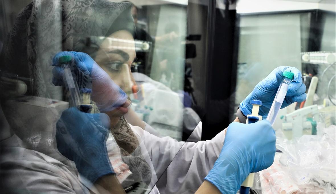 Badaczka z pobranymi próbkami materiału biologicznego w laboratorium na uniwersytecie w Kazaniu