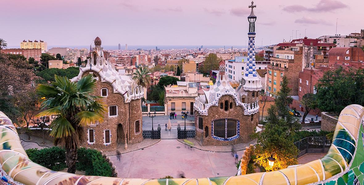 Park Guell, zaprojektowany przez Gaudiego, przyciąga turystów przez cały rok