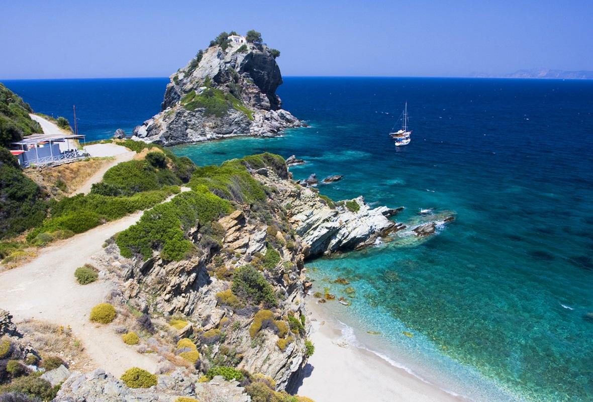 Skopelos to pagórkowata, zielona przez cały rok wysepka