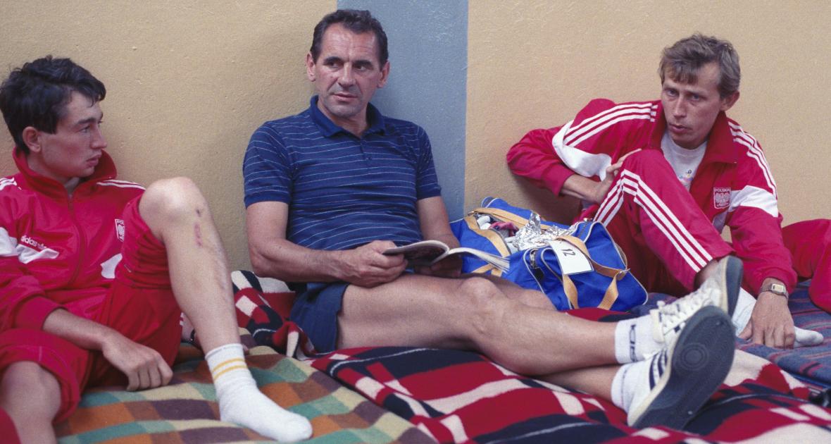 Wyścig Pokoju w 1988 roku. Trener Szurkowski odpoczywa razem z zawodnikami