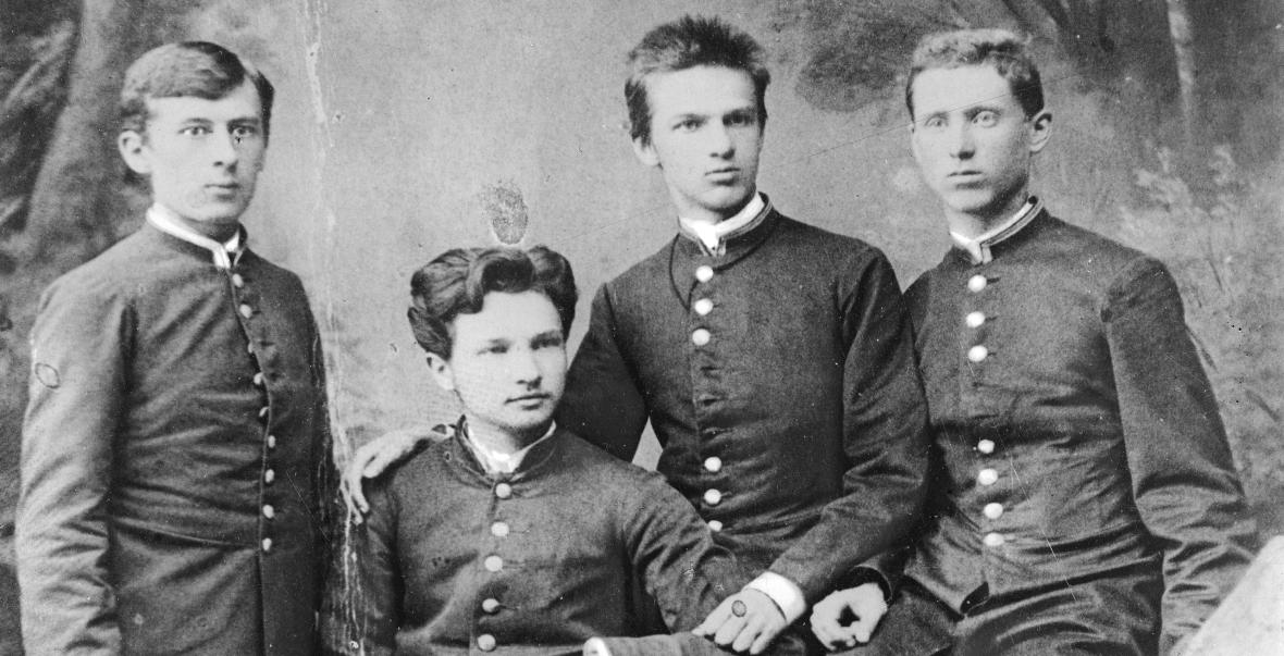 9-letni Bronisław (drugi z lewej) z bratem Józefem (trzeci z lewej) z kolegami z wileńskiego koła kształceniowego, prawdopodobnie 1885 r.