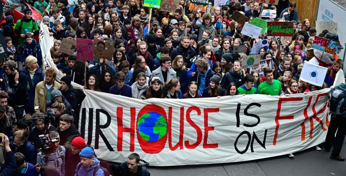 Niemiecka aktywistka klimatyczna Luisa Marie Neubauer razem z Gretą Thunberg na proteście w Berlinie