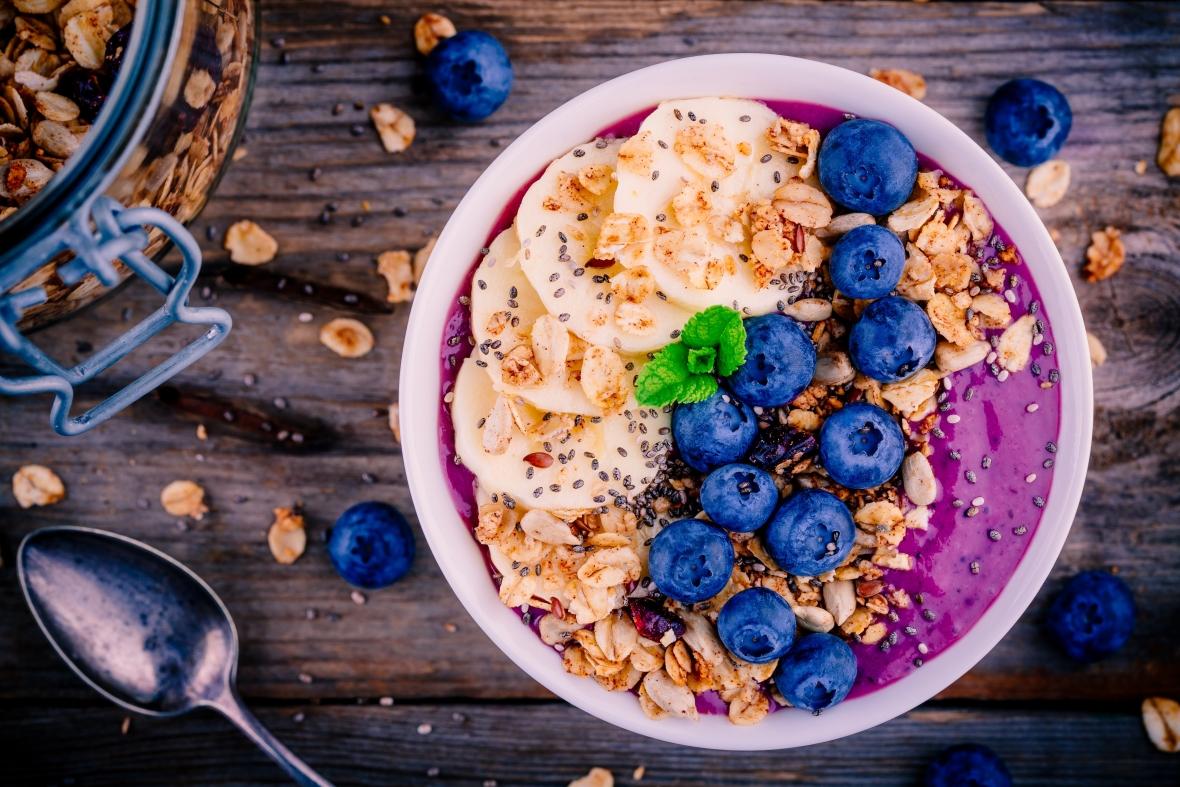 Jogurt z granolą, bananem i świeżymi jagodami to pożywne i smaczne śniadanie