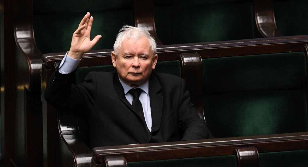 Jarosław Kaczyński uparcie obstaje przy majowym terminie wyborów prezydenckich. Zdaje się mówić innym, że polityczna piaskownica jest jego i to właśnie on robi największe i najwspanialsze babki