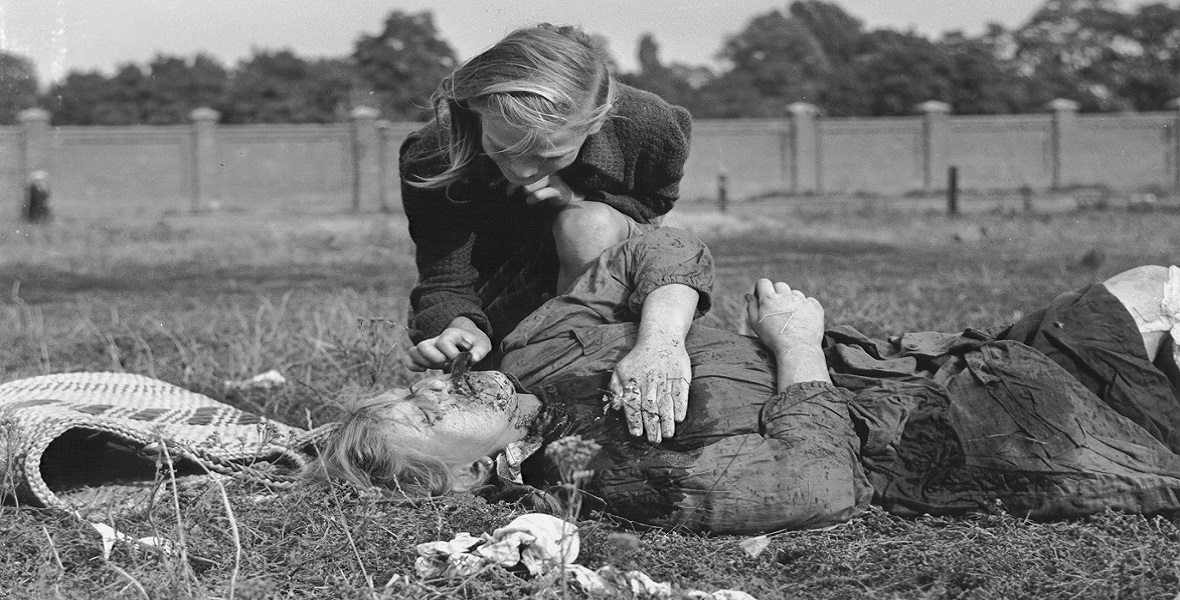 12-letnia Kazimiera Mika przy ciele swojej 14-letniej siostry. 13.09.1939
