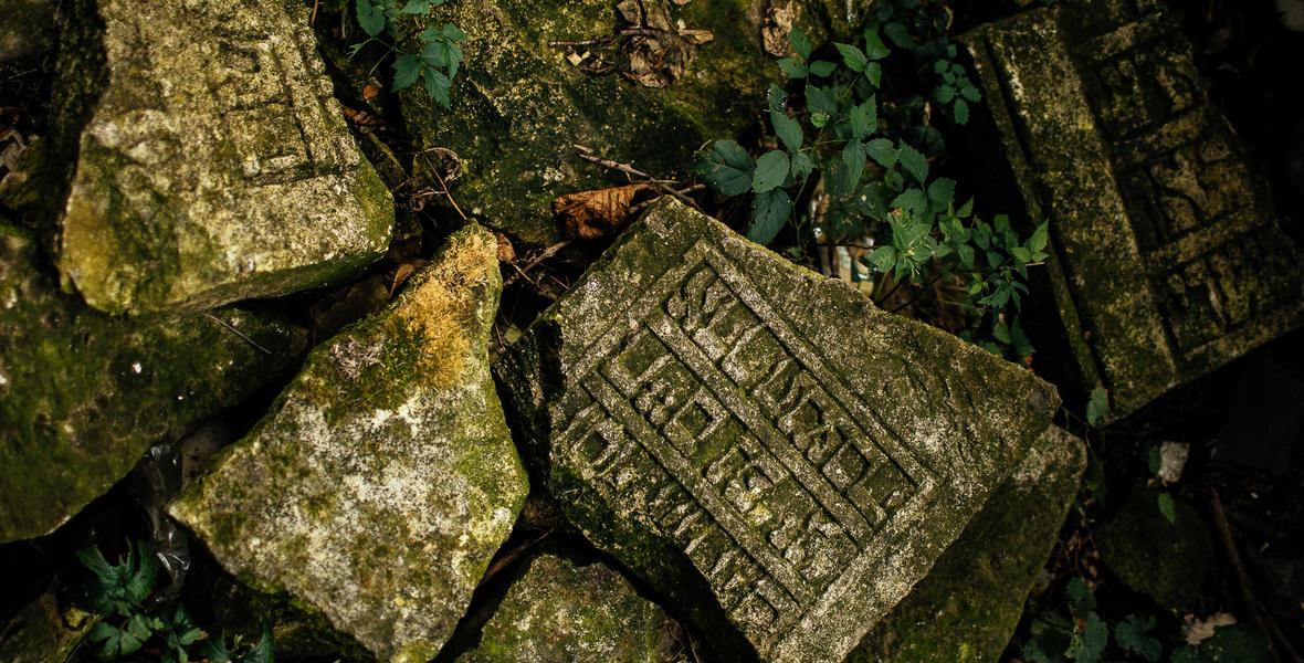 Zniszczone nagrobki z przedwojennego cmentarza żydowskiego w Kołomyi.