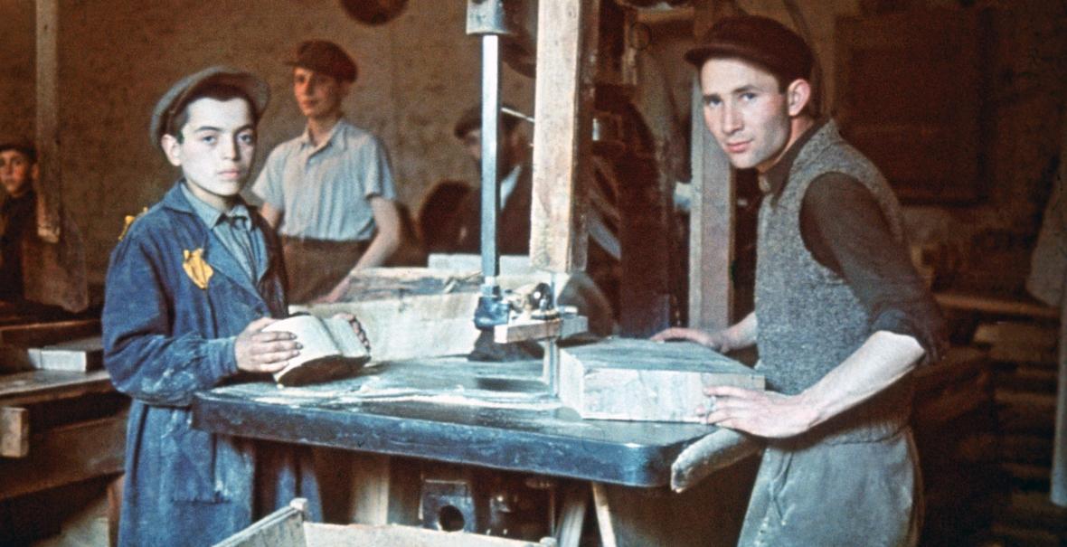 Żydowscy chłopcy w warsztacie stolarskim w łódzkim getcie