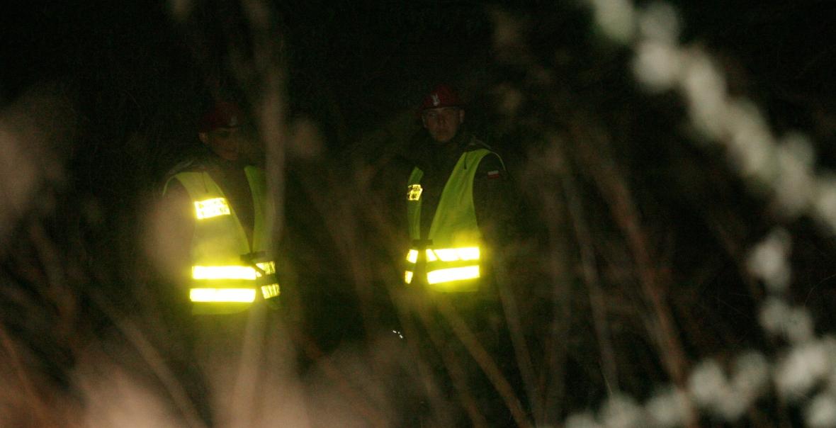 Żołnierze Żandarmerii Wojskowej w kamizelkach odblaskowych, doskonale widoczni nad brzegiem Wisły