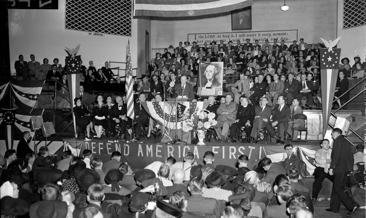 Charles Lindbergh przemawia na zjeździe America First Committee w 1940 roku