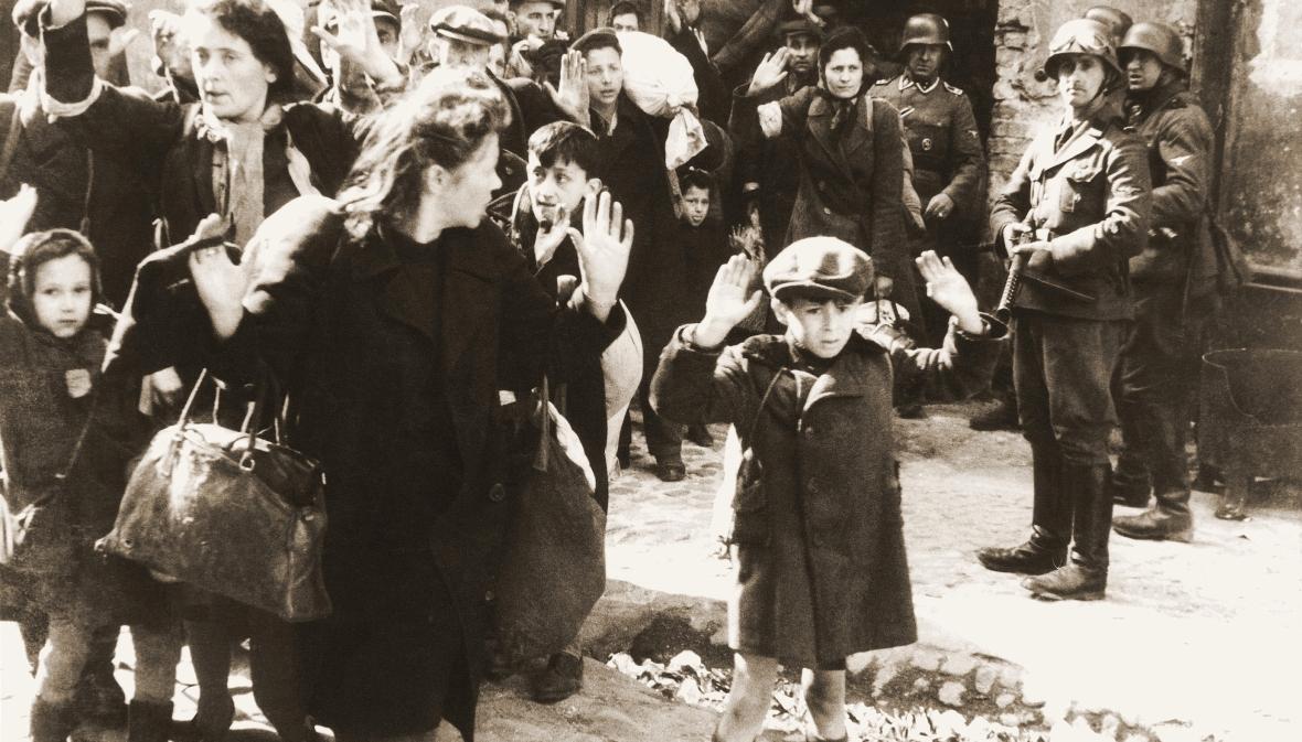 Zdjęcie z raportu Stroopa. Polscy Żydzi pojmani przez Niemców. Po prawej z karabinem Josef Blösche