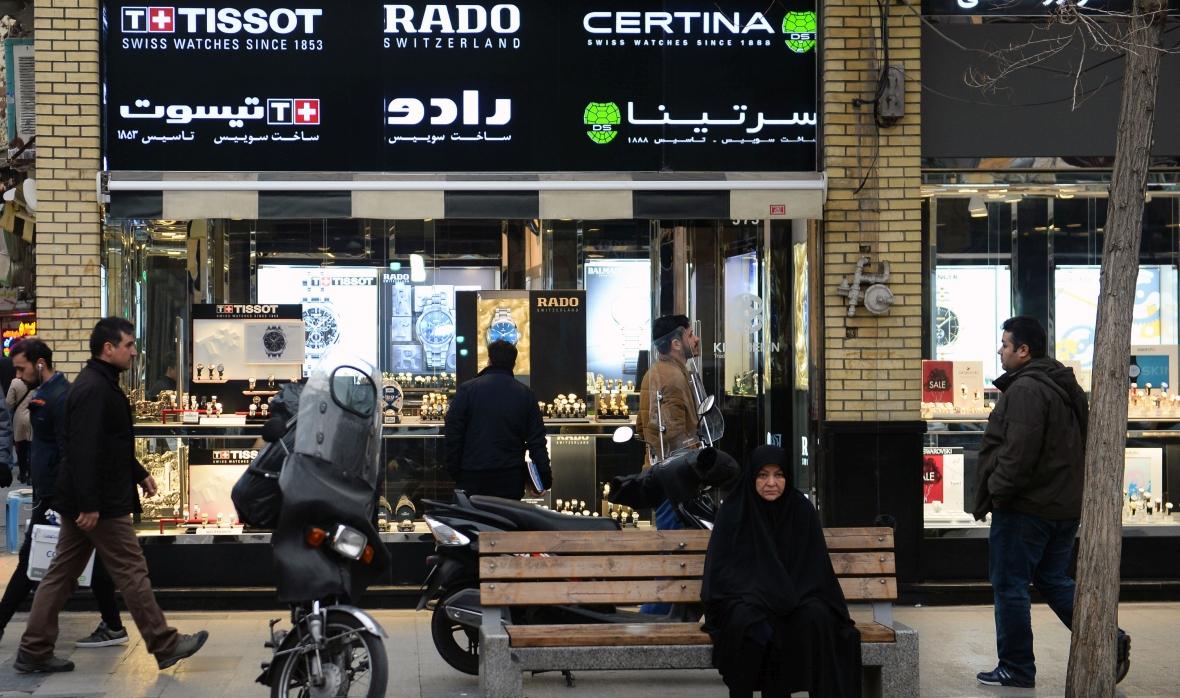 Ludzie mijają sklep z biżuterią i zegarkami na ulicy Teheranu, 16.01.2019 r.