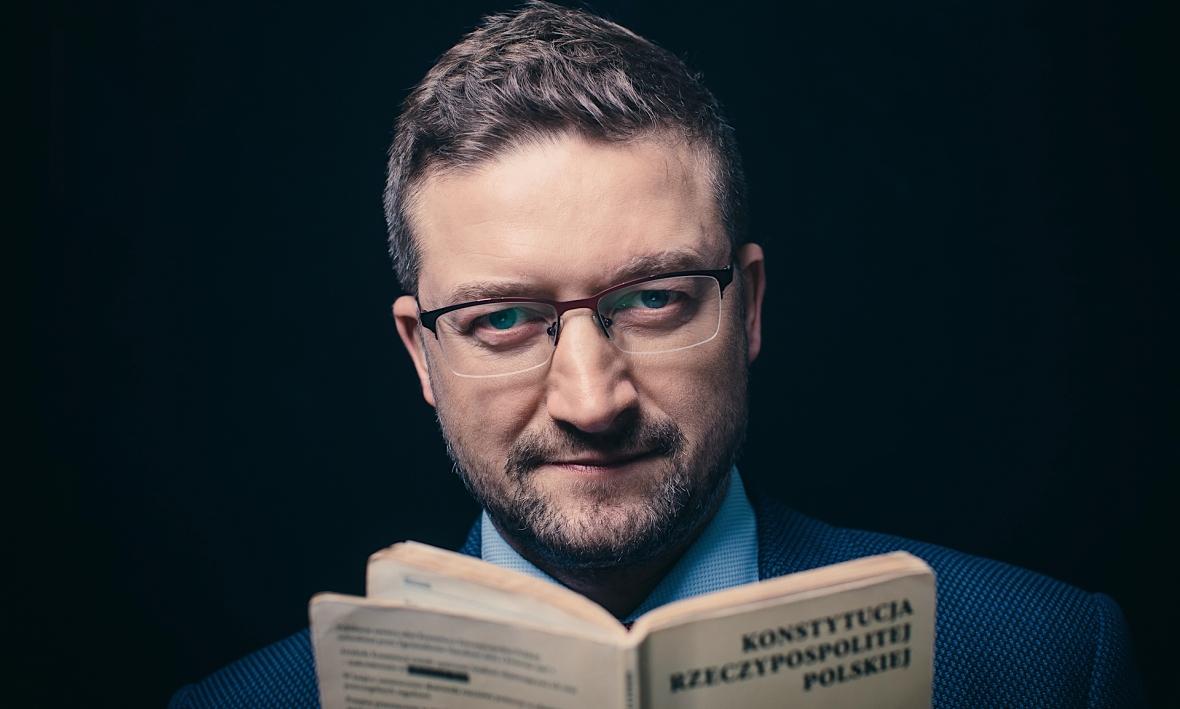 Sędzia Paweł Juszczyszyn ze starym egzemplarzem Konstytucji RP