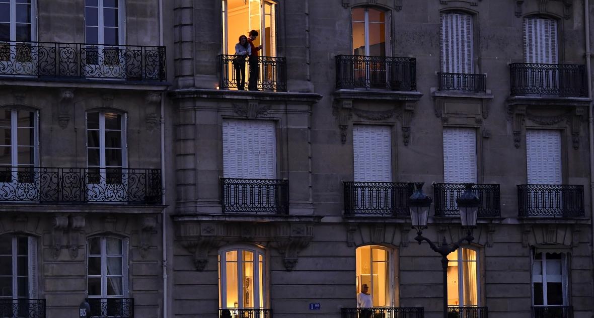 Paryż, 25 marca 2020, godzina 20:00. Ludzie stają w oknach i na balkonach, żeby oddać w ten sposób hołd pracy służb medycznych w czasie epidemii koronawirusa