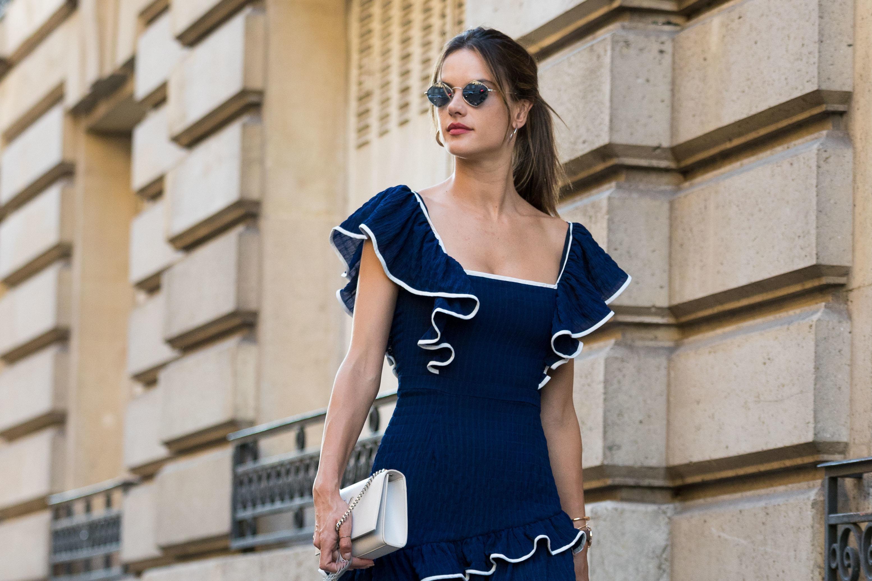 1024adedcf 37-letnia Brazylijka zdaje się traktować paryski chodnik jak wybieg. Nowe  zdjęcia modelki z polskimi korzeniami to dowód na tę tezę. Granatowa  sukienka z ...