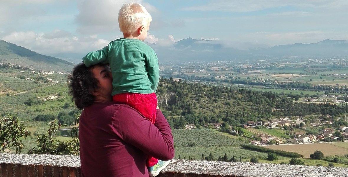 Umbria - kto powiedział, że małe dziecko nie może zachwycić się pięknym widokiem?