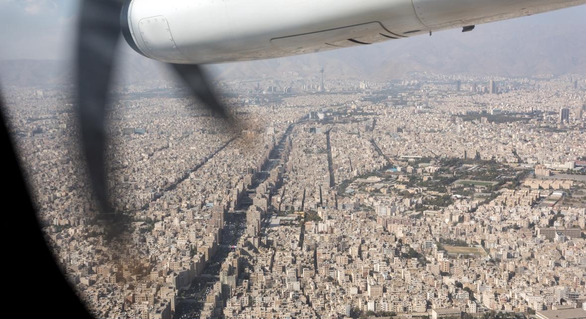 Widok z okna samolotu na Teheran, stolicę Iranu