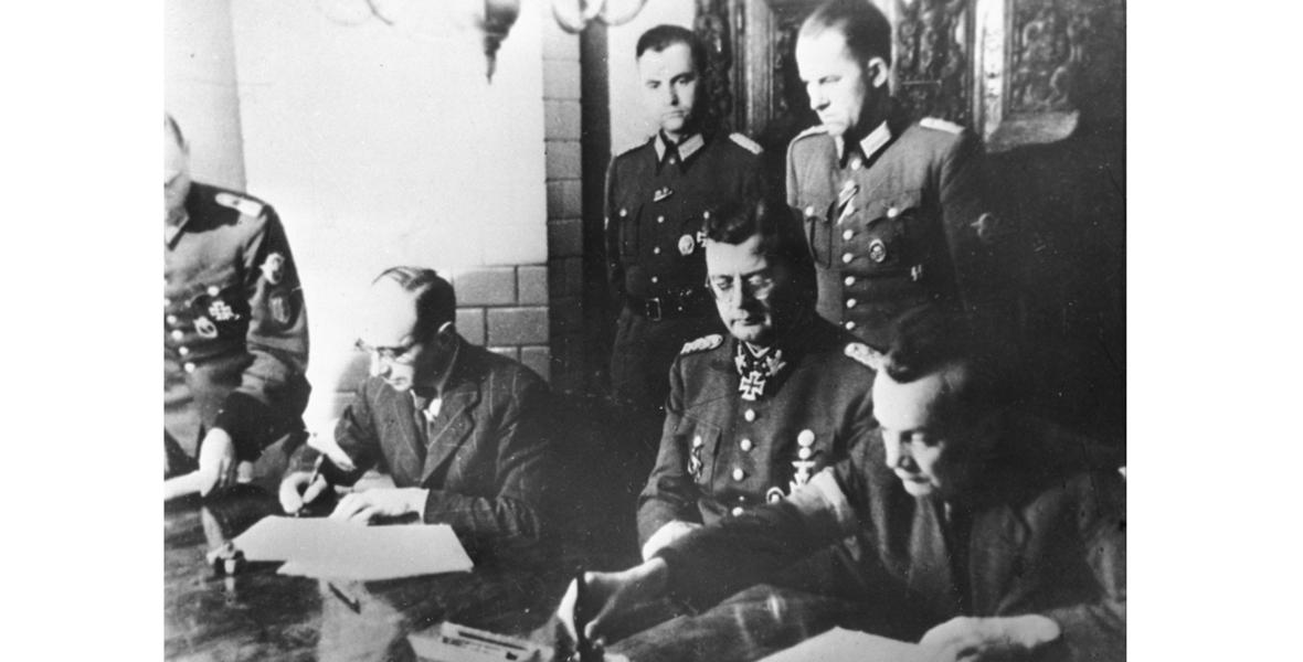 Podpisanie kapitulacji Powstania Warszawskiego. Narodowe Archiwum Cyfrowe, Sygnatura: 37-1712-2