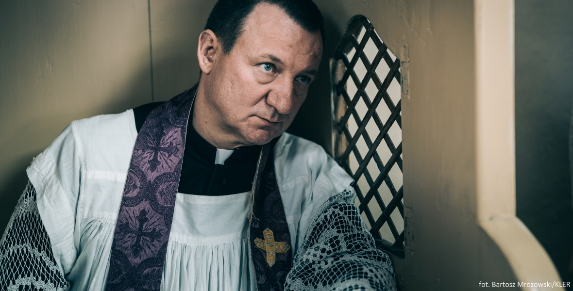 """Robert Więckiewicz jako ksiądz w filmie """"Kler"""""""