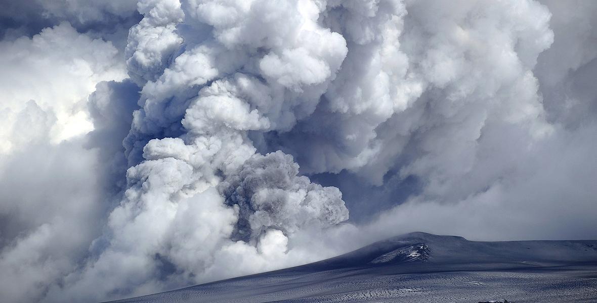 Islandzki wulkan Eyjafjallajökull, który wybuchł w kwietniu 2010 r., spowodował poważne problemy na lotniskach na obszarze całego europejskiego kontynentu
