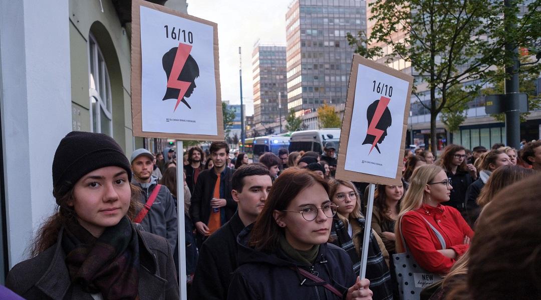 """Poznań, 16.10.2019 r. Protest pod hasłem """"Nie! Dla zakazu edukacji seksualnej"""" przed siedzibą biura Prawa i Sprawiedliwości."""