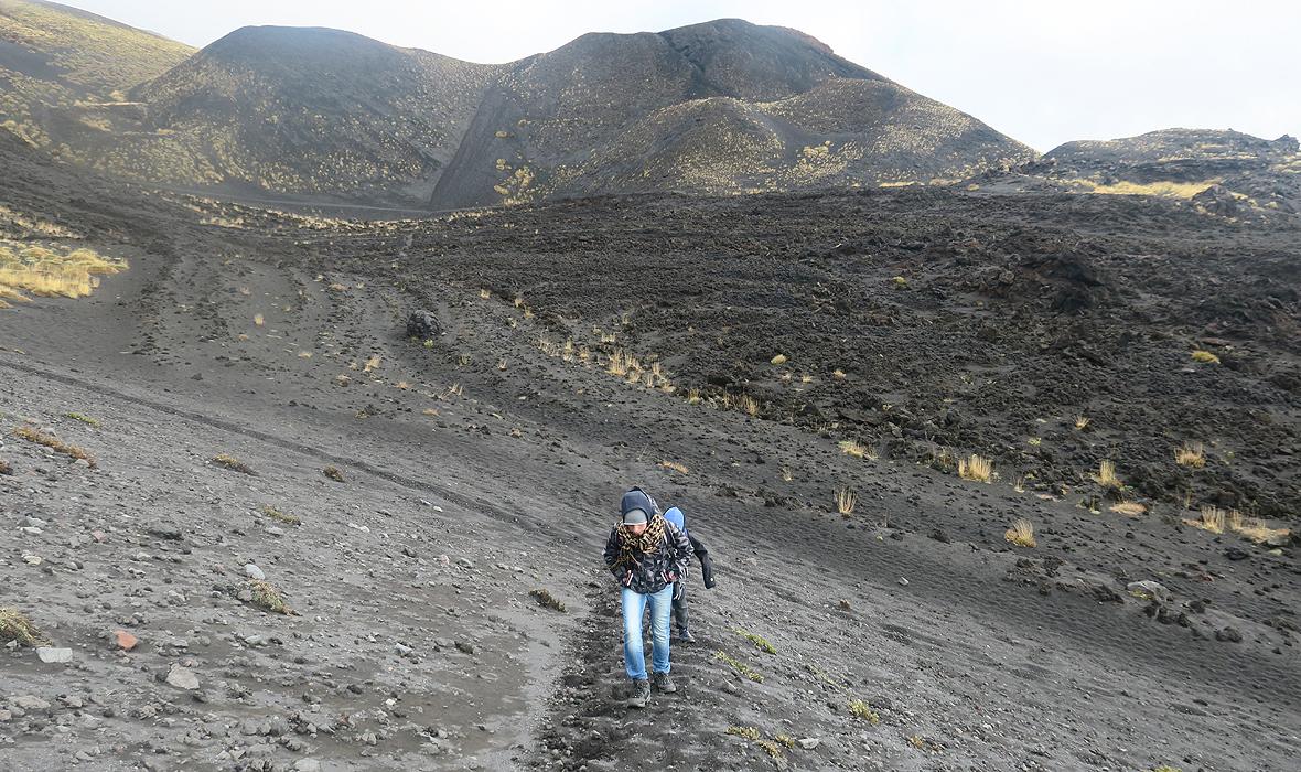 Dzieci autorki w drodze na Etnę