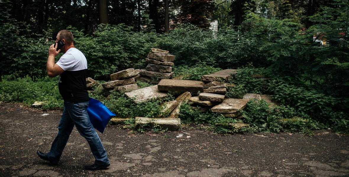 Ruiny żydowskiego cmentarza w Kołomyi.