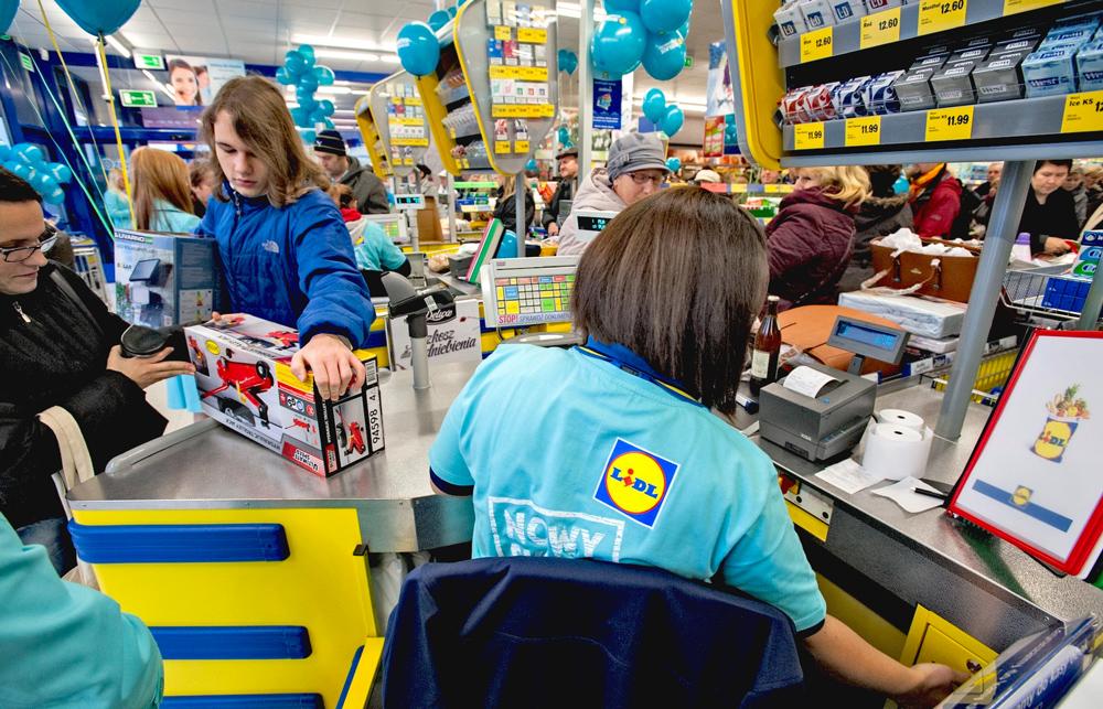 c16763d589c2e Polacy szturmują Lidla. Wszystko przez markowe torebki. A jak wymawia się  ich nazwę? - WP Wiadomości
