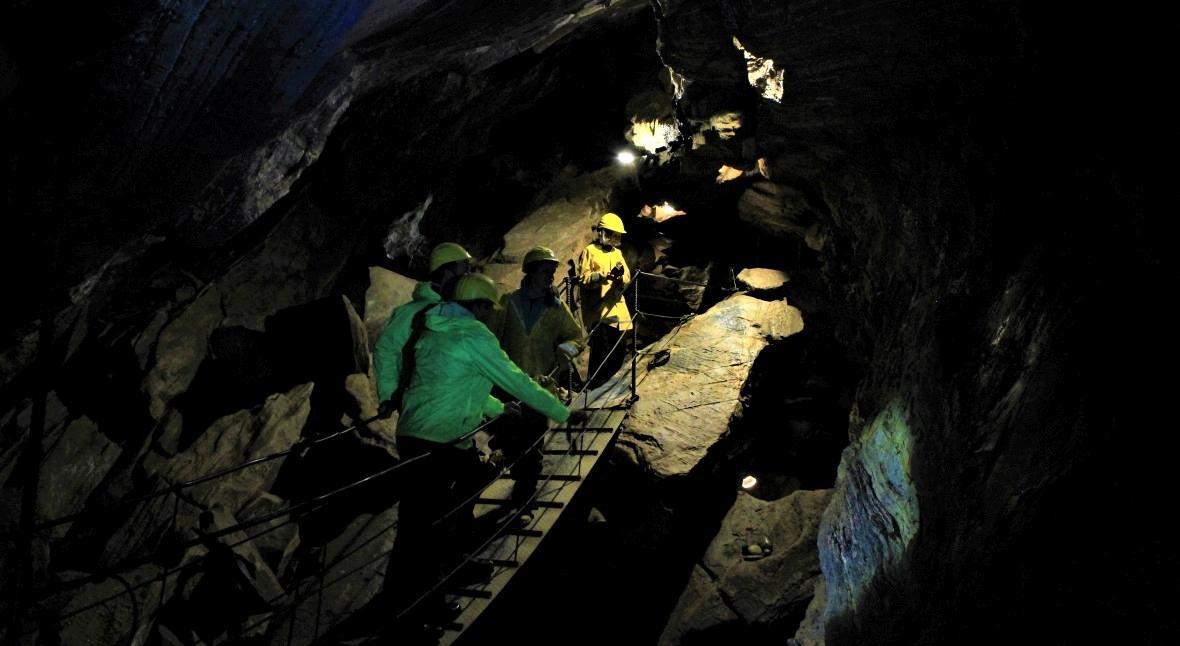 Mostek wewnątrz jaskini Spannagel Hoehle. Nie patrzcie w dół!