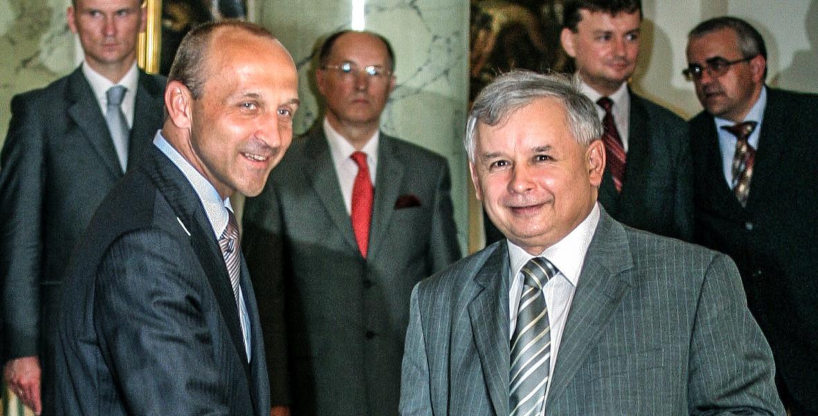 Przyszły premier Jarosław Kaczyński odbiera gratulacje od ustępujacego premiera Kazimierza Marcinkiewicza. 10-07-2006 r., Warszawa