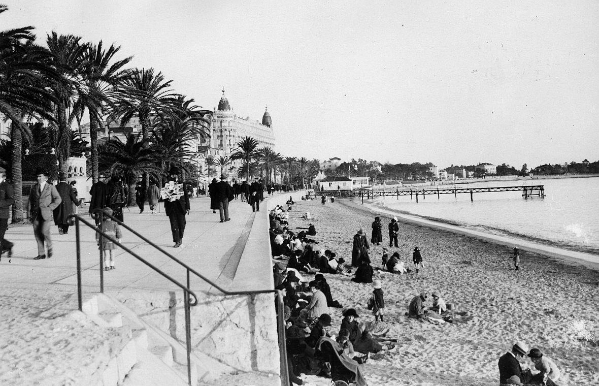 Plaża w Cannes na zdjęciu wykonanym w latach 30. XX wieku