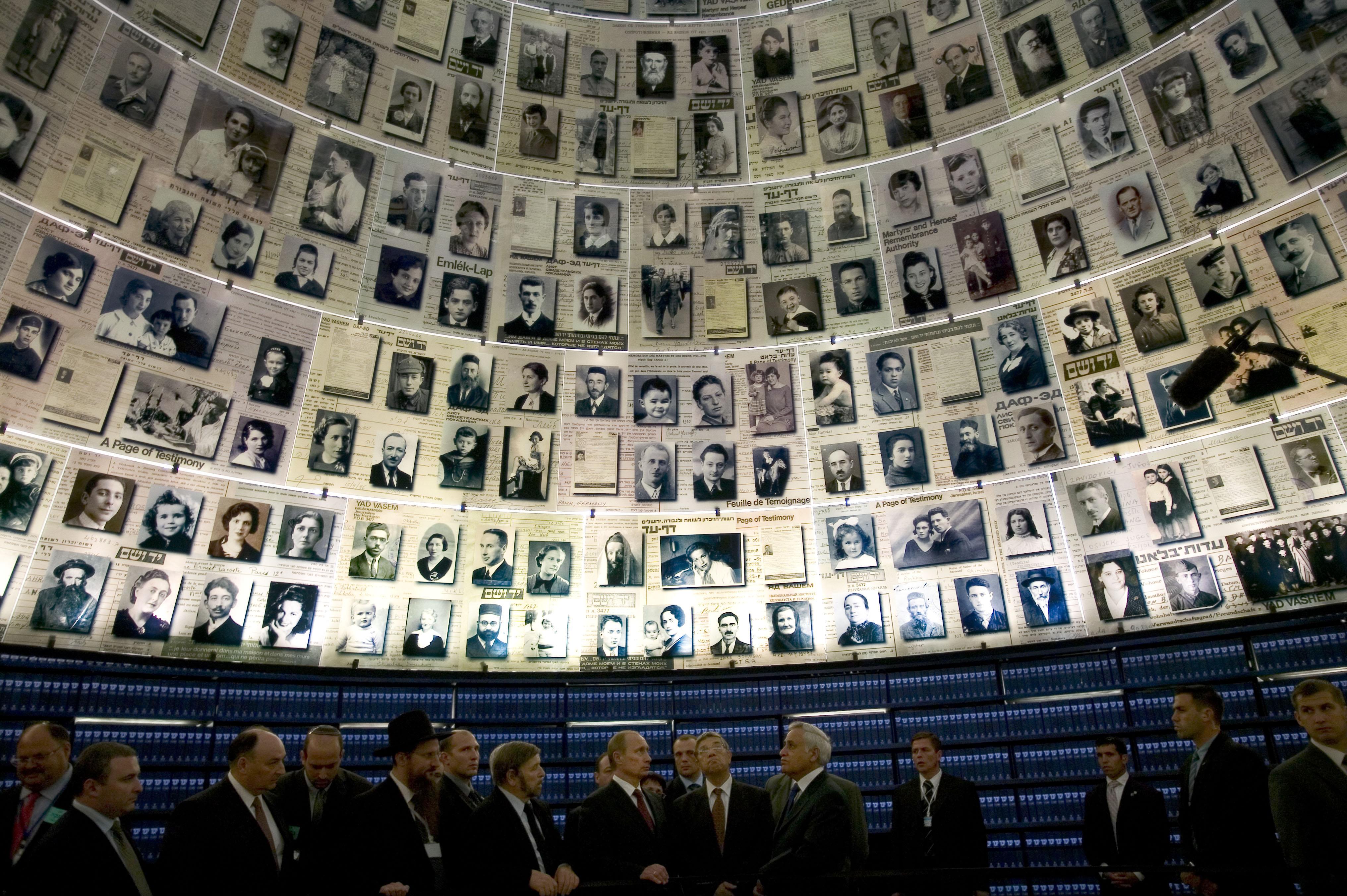 28 kwietnia 2005 r. Władimir Putin z ówczesnym prezydentem Izraela Mosze Kacawem w instytucie Jad Waszem