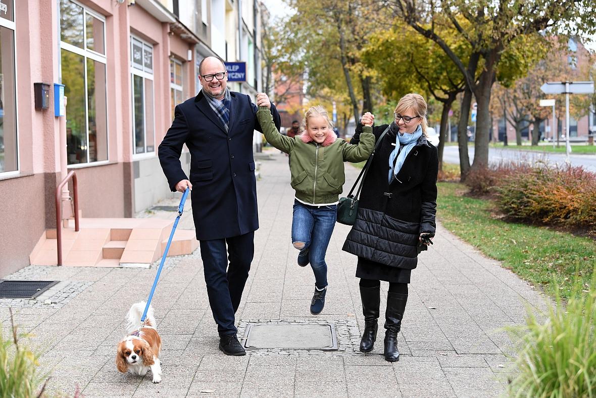 Listopad 2018 r. Magdalena, Paweł i Teresa Adamowiczowie z Zeusem