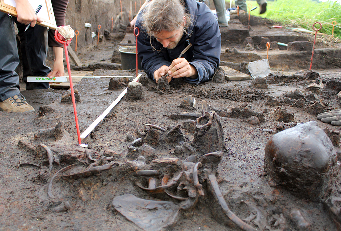 Archeolodzy w czasie prowadzenia wykopalisk nad Dołężą.