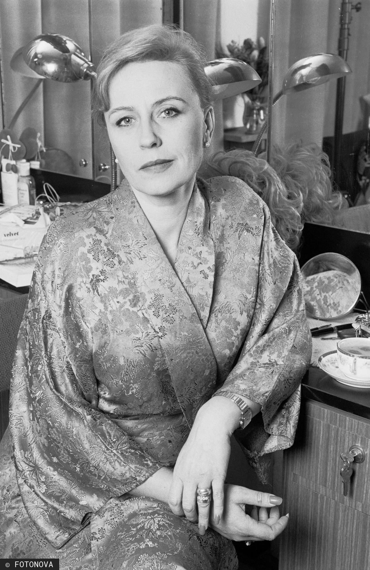Krystyna Janda w teatralnej garderobie w 1997 r.