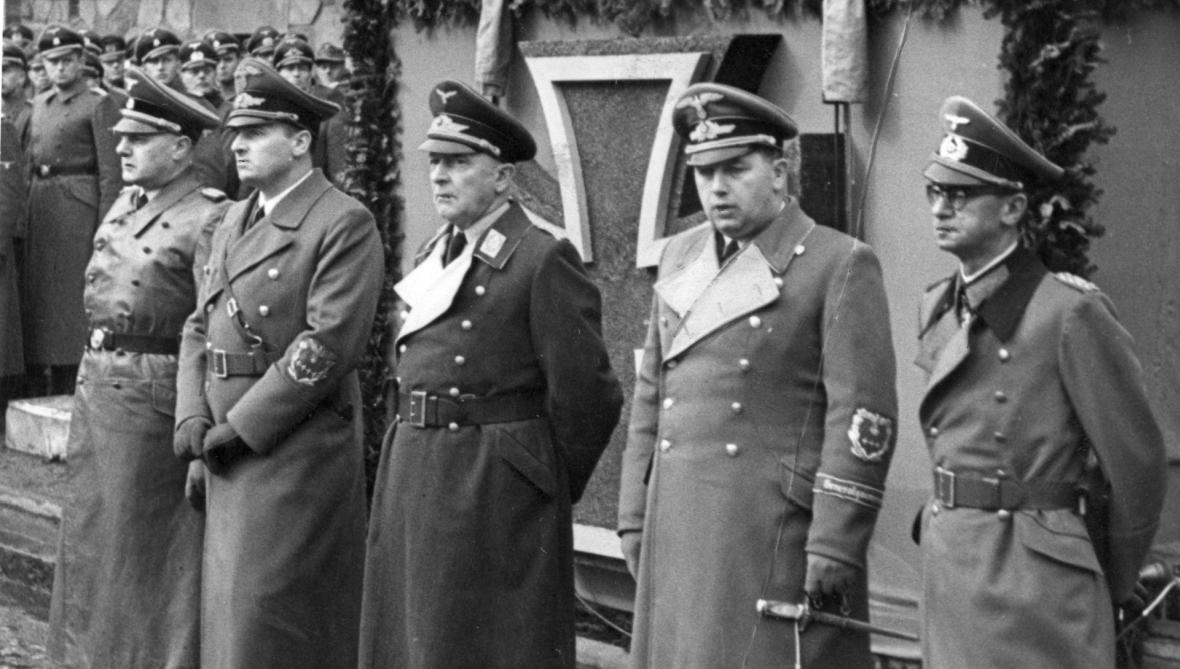 Wilhelm Koppe pierwszy z lewej. Dla rodziny był miły. Dla swoich ofiar bezwzględny