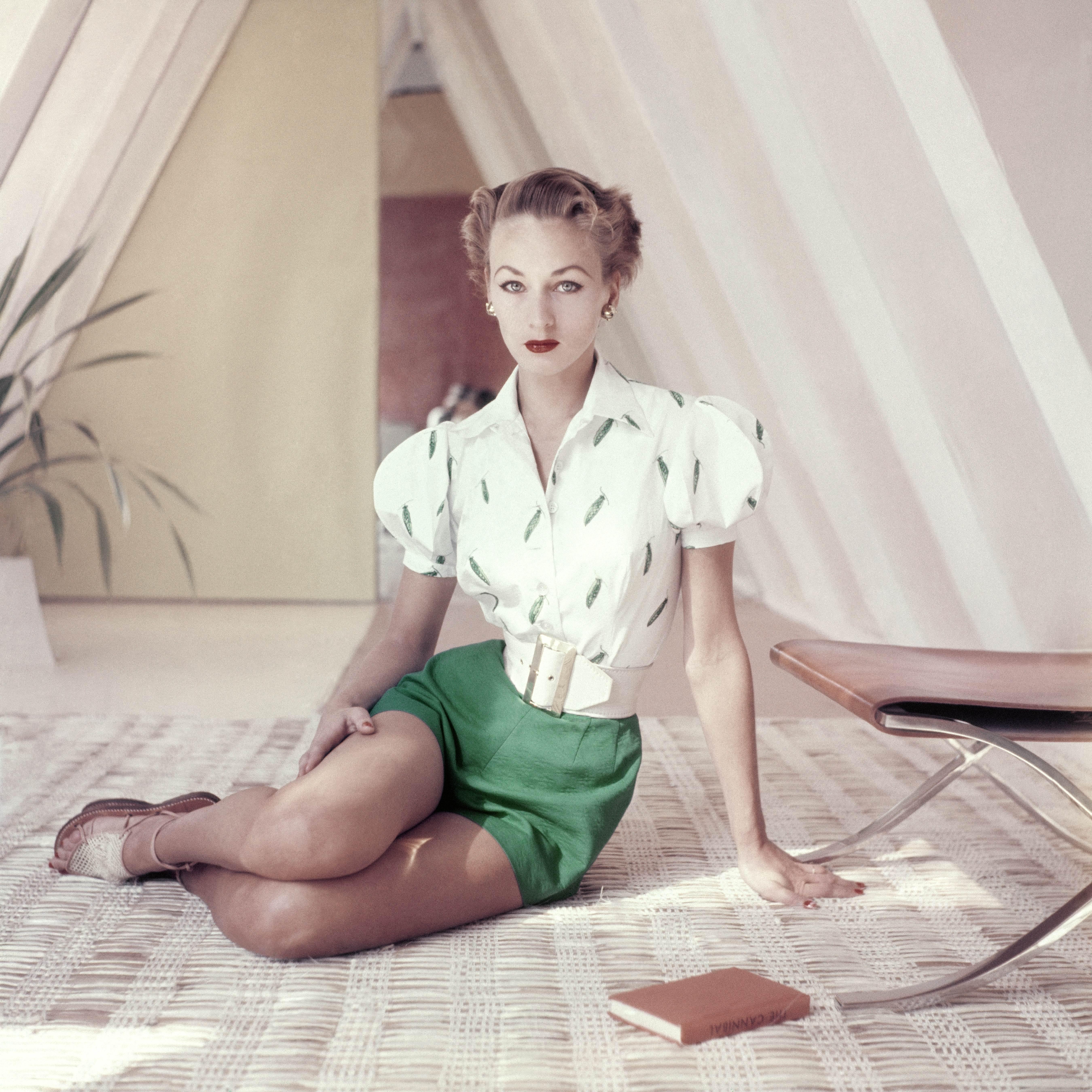 Modelka w modnych zielonych szortach w sesji dla Vogue'a w połowie lat 50.