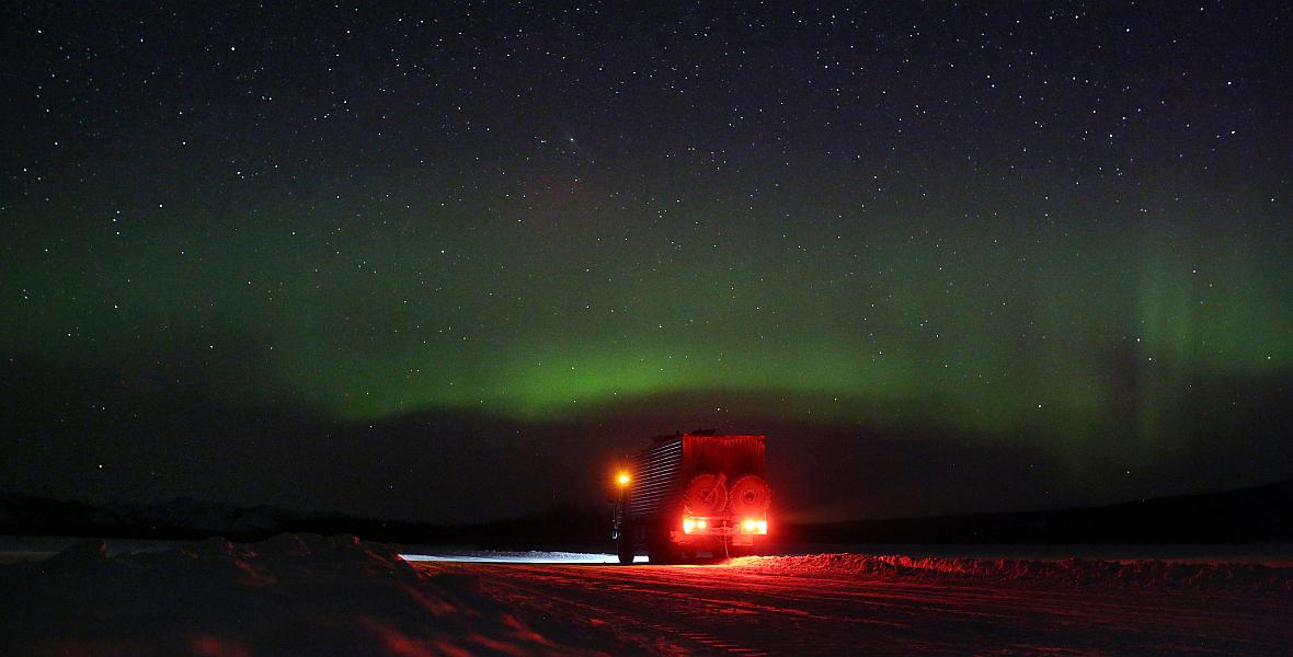O 3 nad ranem Amos przebudził się i zobaczył niebo rozświetlone na zielono.