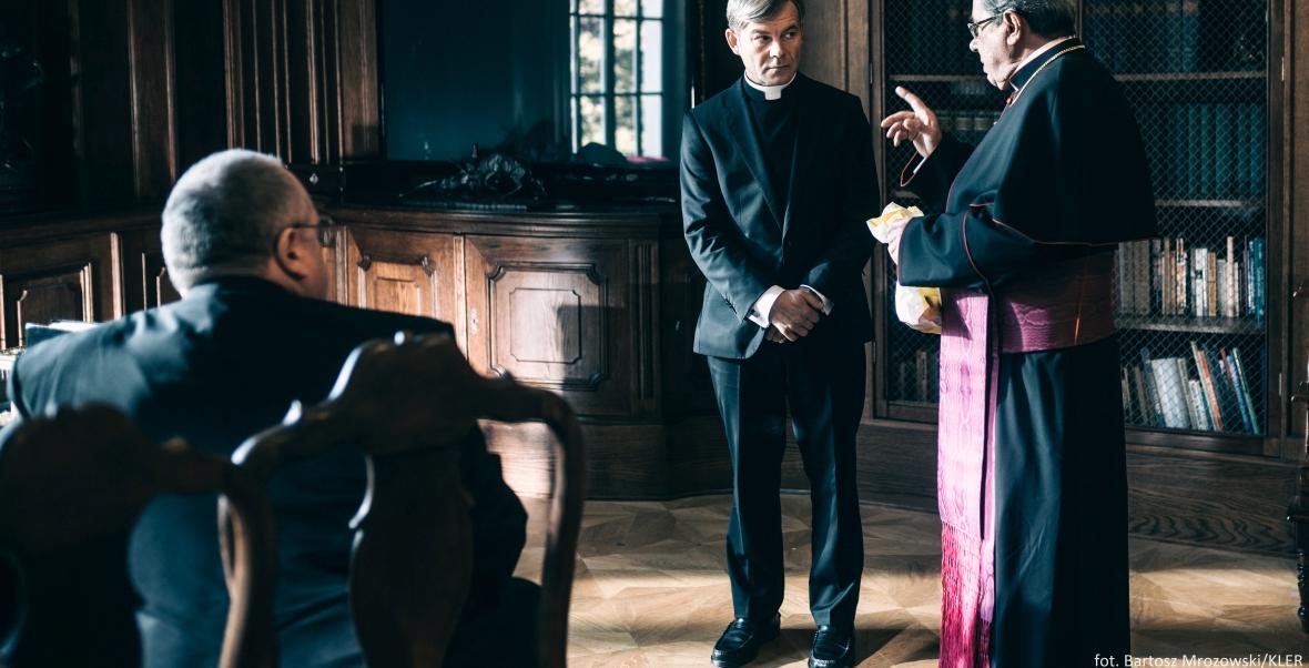 """Jacek Braciak i Janusz Gajos w filmie """"Kler"""""""