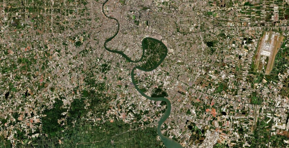 """Bangok liczy ponad 8 mln. mieszkańców. W środku widoczne jego """"zielone płuco"""" - chroniona przez rząd zielona oaza w środku miasta"""