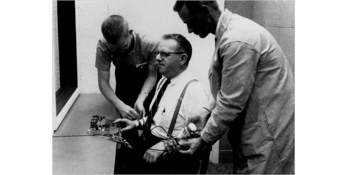 Oryginalny eksperyment Stanleya Milgrama przeprowadzony na uniwersytecie Yale w maju 1962 roku