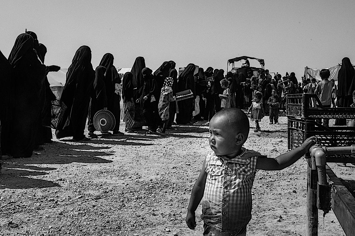Kolejka do punktu dystrybucji żywności w Al-Hol.