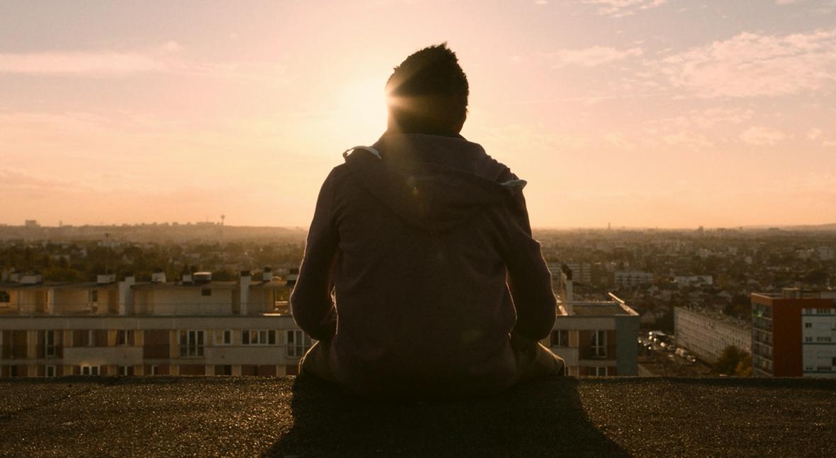 """Kadr z filmu """"Nędznicy"""" - opowieści o prawdziwym życiu mieszkańców imigranckiego getta w Paryżu"""