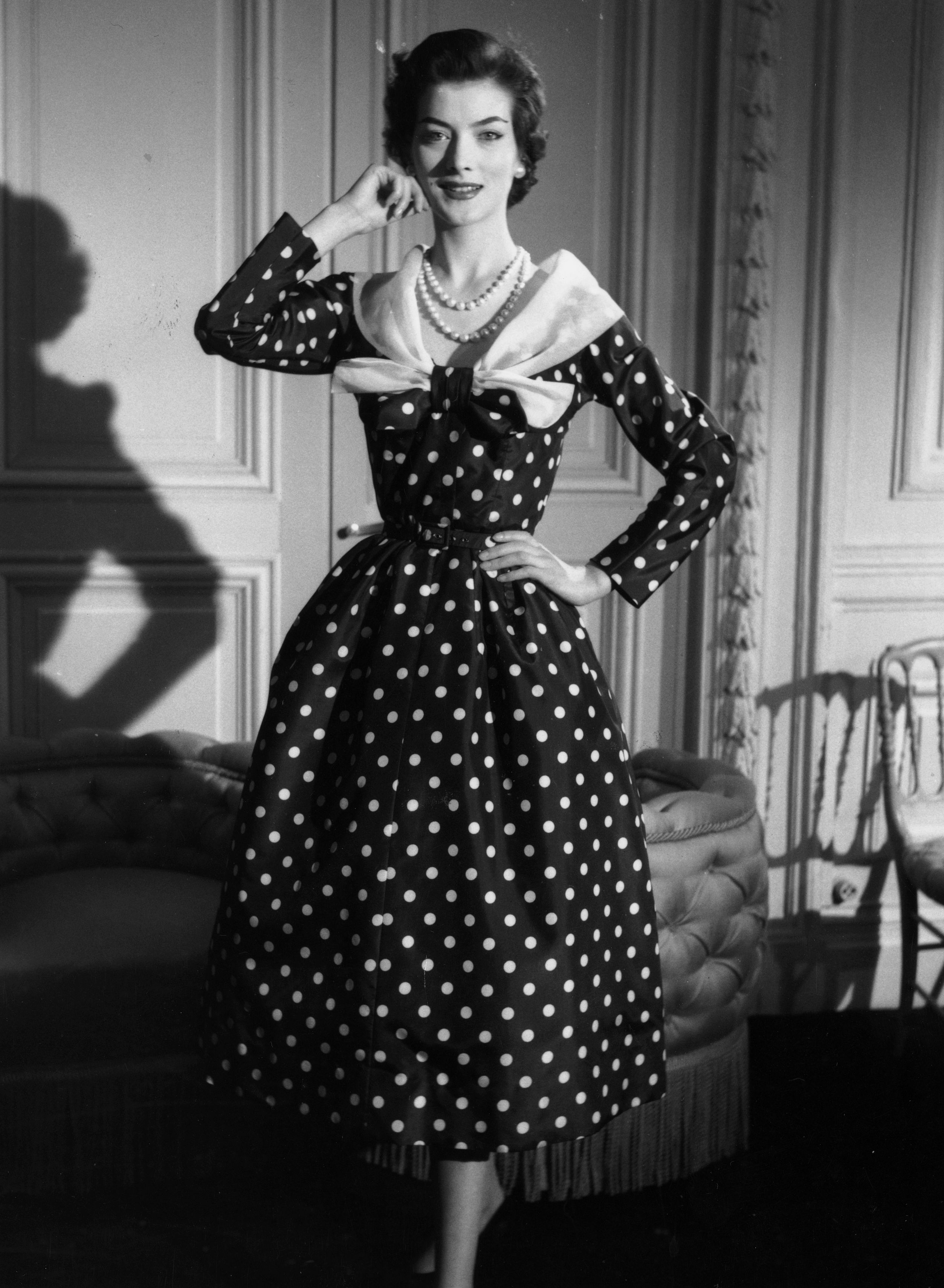 Prezentacja sukni autorstwa Jacques Fath. 1955 r.