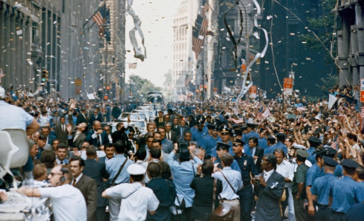 Nowy Jork wita astronautów (w pierwszym samochodzie od prawej Neil Armstrong, Michael Collins, Buzz Aldrin) po powrocie z Księżyca