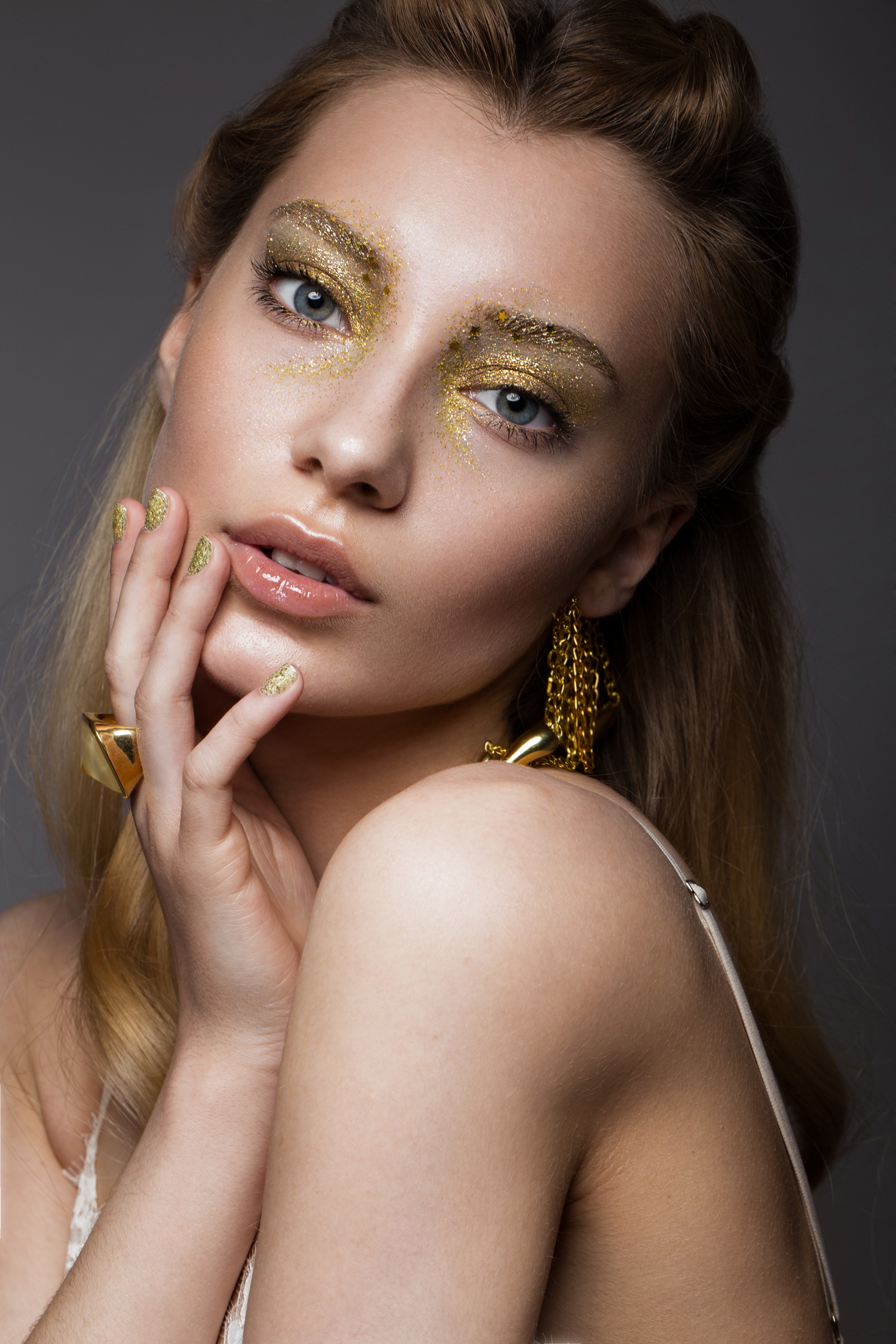 Beautiful girl in Underwear with creative gold makeup and hair. The beauty of the face. Photos shot in the studio. (Beautiful girl in Underwear with creative gold makeup and hair. The beauty of the face. Photos shot in the studio., ASCII, 116 componen
