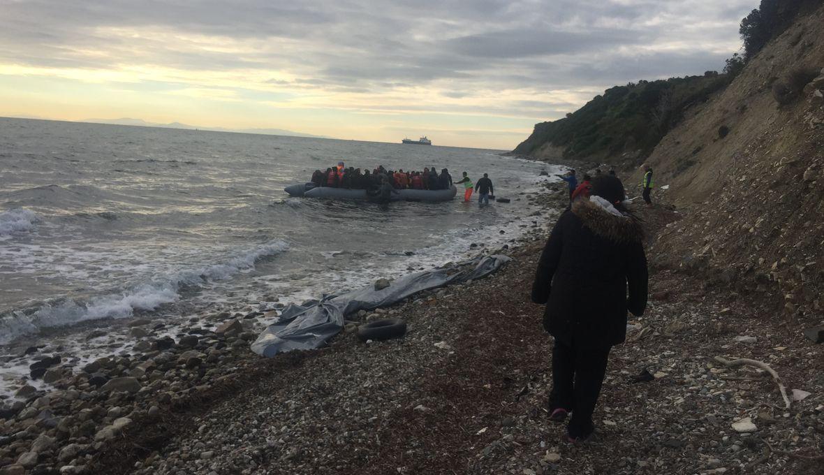 Na nadmuchiwane pontony, przeznaczone dla dziesięciu, piętnastu osób, ładuje się średnio pięćdziesięciu migrantów