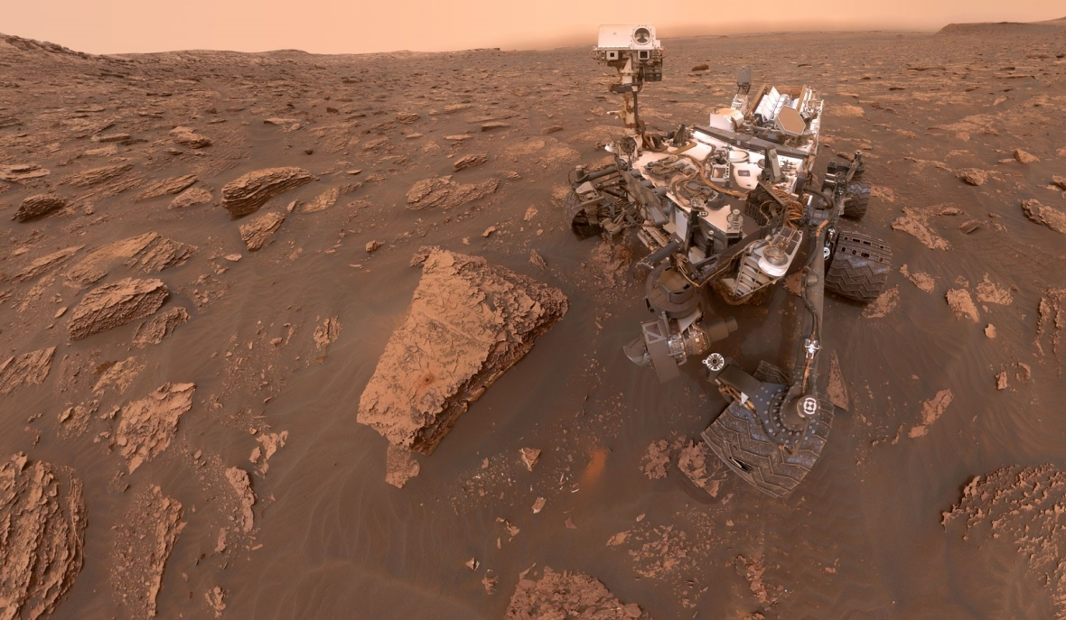 """Łazik """"Curiosity"""" na powierzchni Marsa (zdjęcie wykonał sam łazik, jest kombinacją kilku kadrów)"""