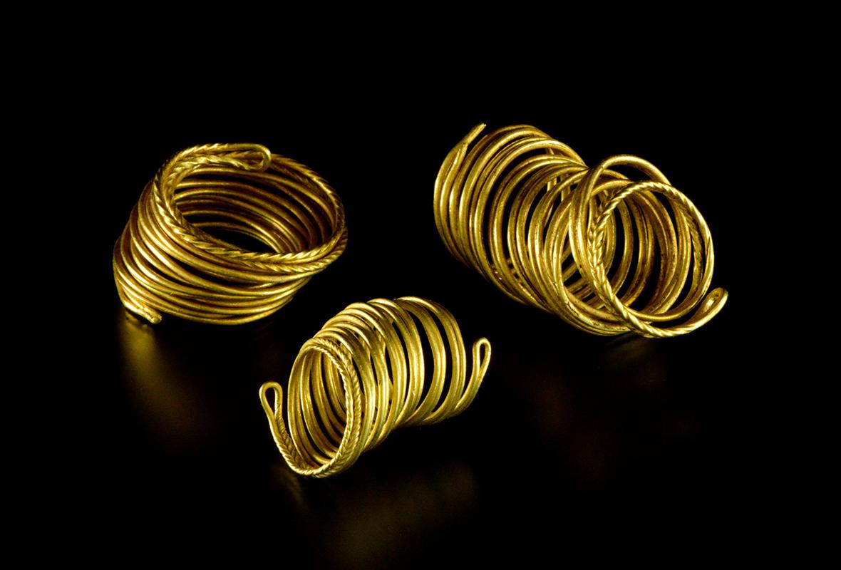 Złote pierścienie znalezione nad rzeką.